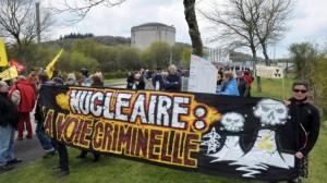 Manifestation devant la centrale de Brennilis