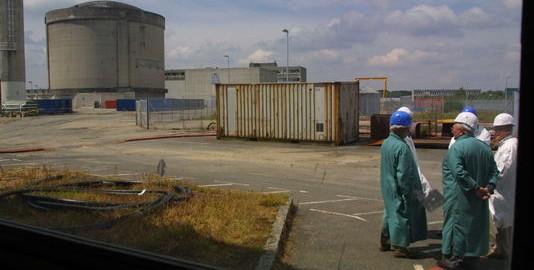 Des membres de l'Observatoire du démantèlement de la centrale nucléaire de Brennilis visitent le chantier, le 6 juin 2001. FRED TANNEAU / AFP